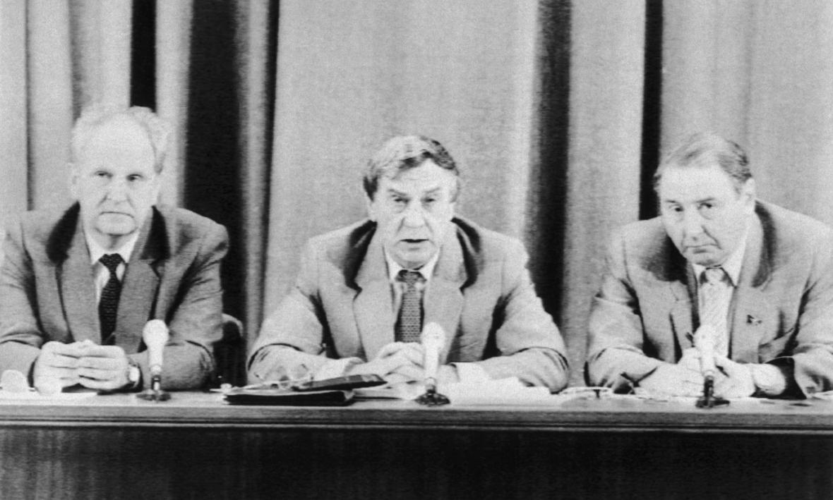 Pučisté Boris Pugo, Gennadij Janajev a Oleg Baklanov na tiskové konferenci (20. 8. 1991)