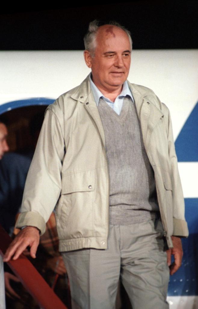 Sovětský prezident Michail Gorbačov vystupuje z letadla po návratu z Krymu (22. 8. 1991)