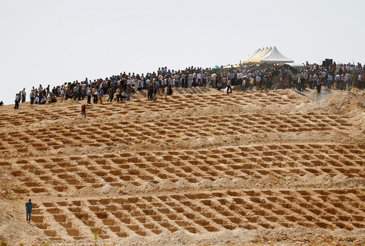 Vykopané hroby pro oběti útoku v Gaziantepu