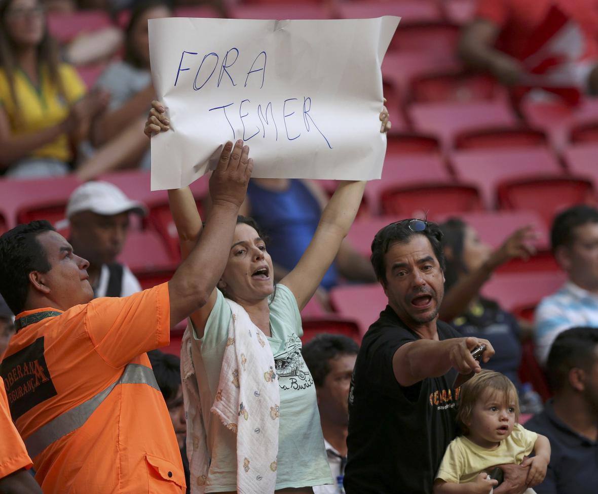 Olympijská ochranka se snaží vzít ženě plakát s protestním heslem: