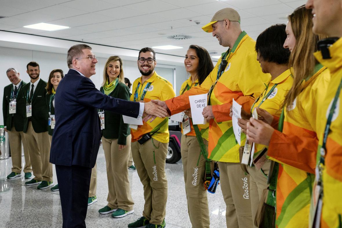 Šéf Mezinárodního olympijského výboru Thomas Bach se zdraví s dobrovolníky LOH 2016