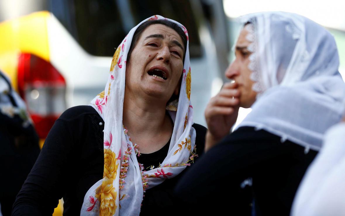 Pohřeb obětí atentátníka ze svatby v Turecku