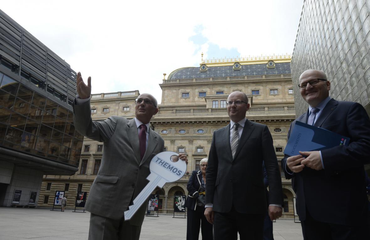Předání symbolického klíče od budovy Themos Národnímu divadlu
