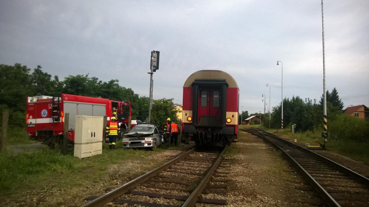 Ranní srážka vlaku s osobní autem na přejezdu v Moravském Krumlově