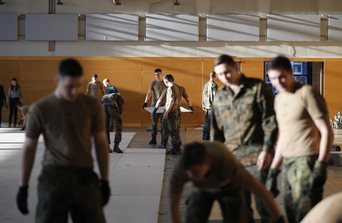 Němečtí vojáci budují provizorní přístřeší pro migranty
