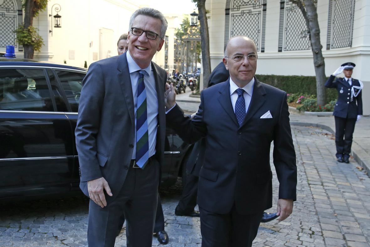 Ministři vnitra Thomas de Maiziére a Bernard Cazeneuve při setkání v Paříži