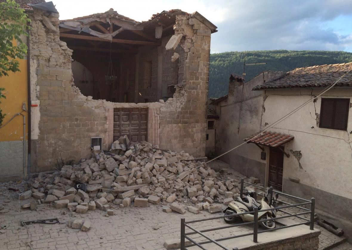 Poničené domy v Accumoli