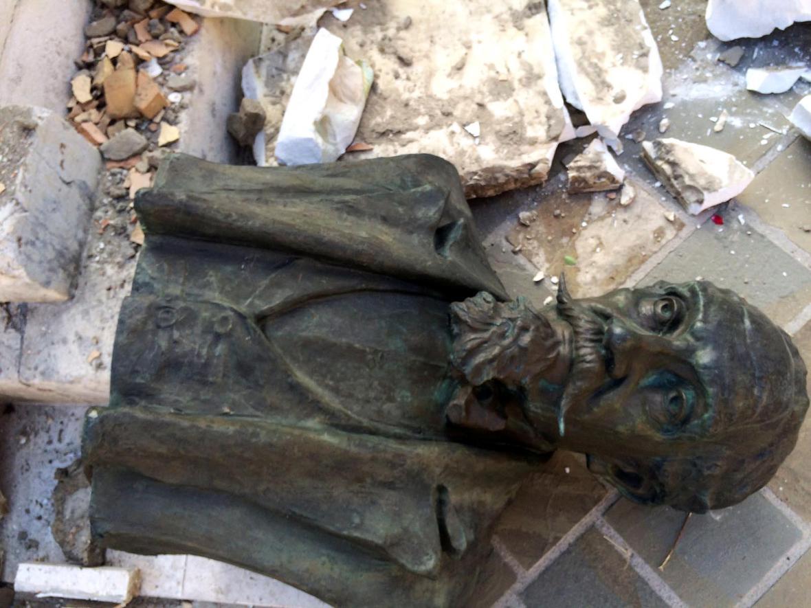 Poničená socha ve středoitalském Amatrice