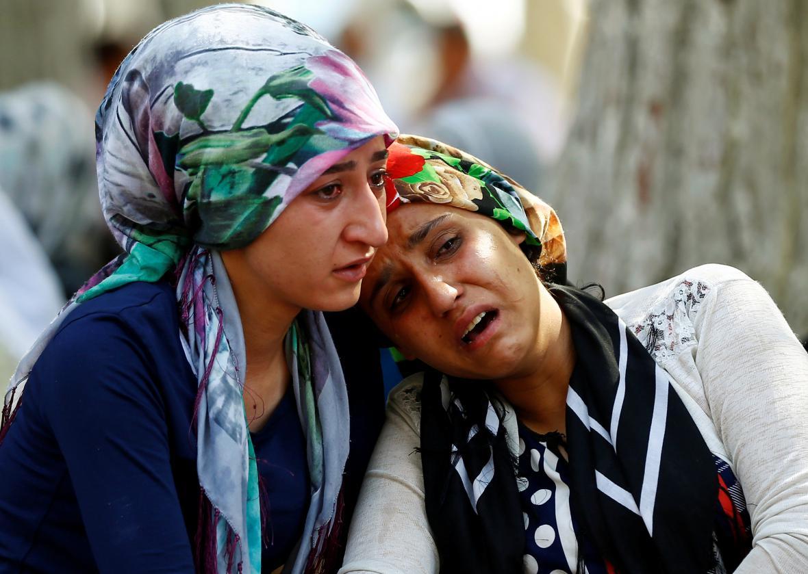 Lidé truchlí za oběti sebevražedného útoku v Gaziantepu