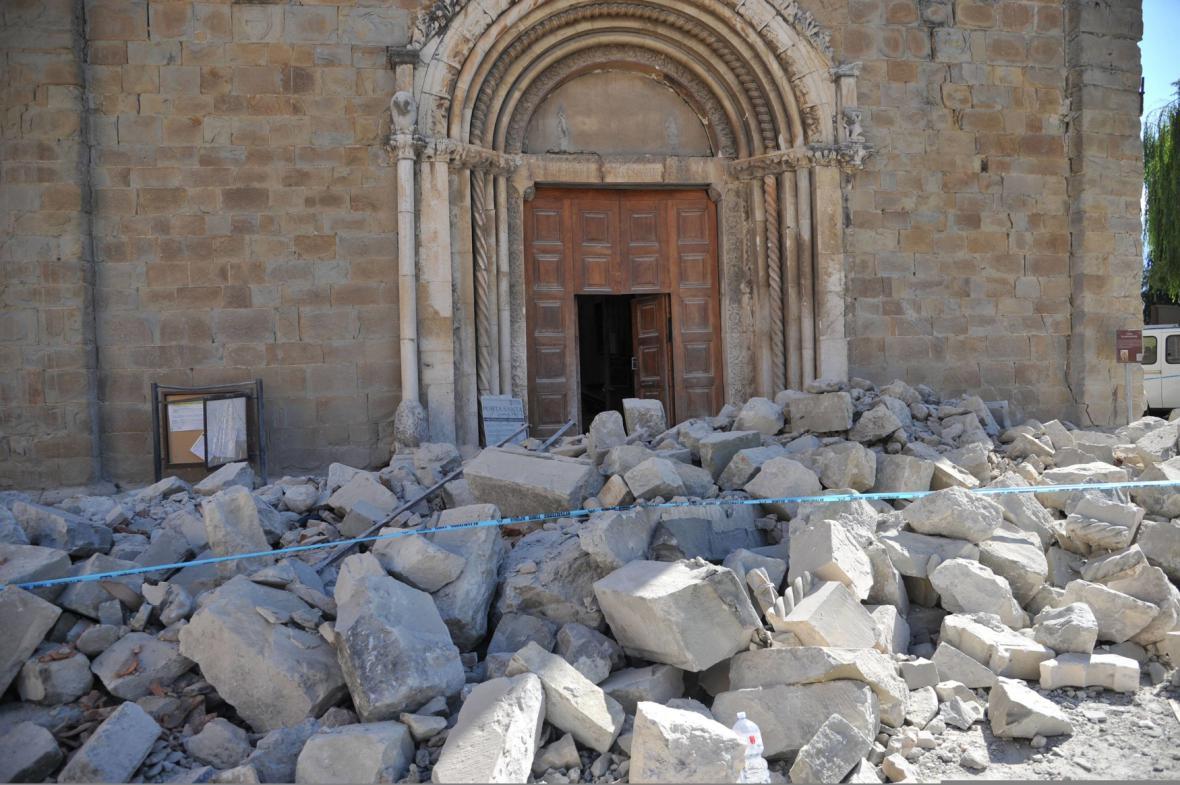 Trosky před italským kostelem