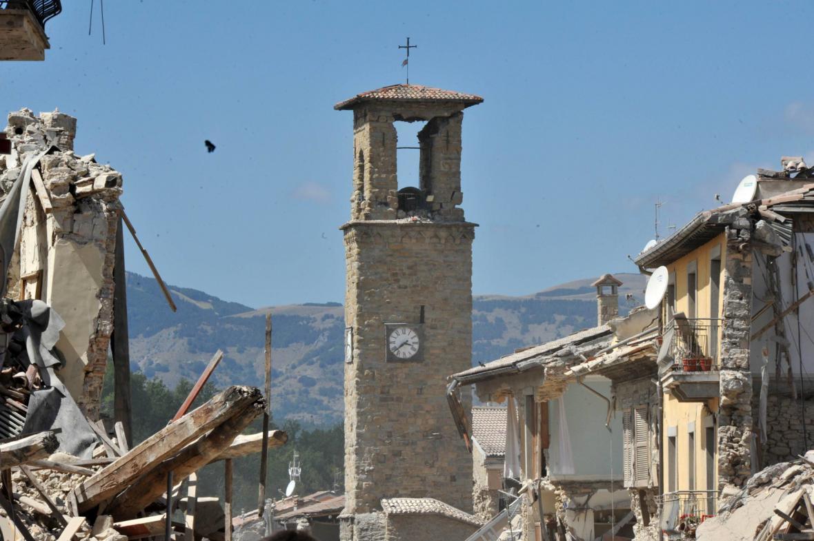 Hodiny na věži v Amatrice se po zemětřesení zastavily