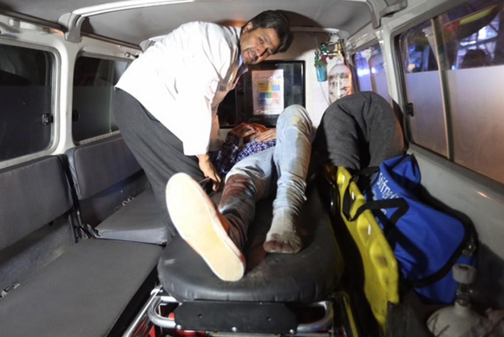 Sanitky odváží zraněné z americké univerzity v Kábulu