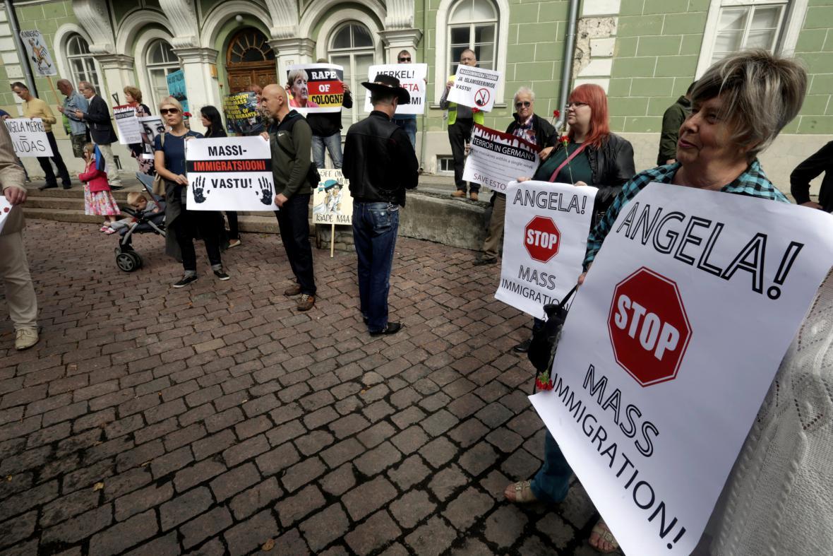 Estonci protestující proti migrační politice kancléřky Merkelové