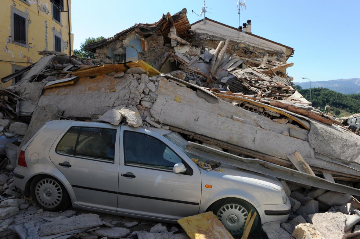 Otřesy v Amatrice ničily auta i domy