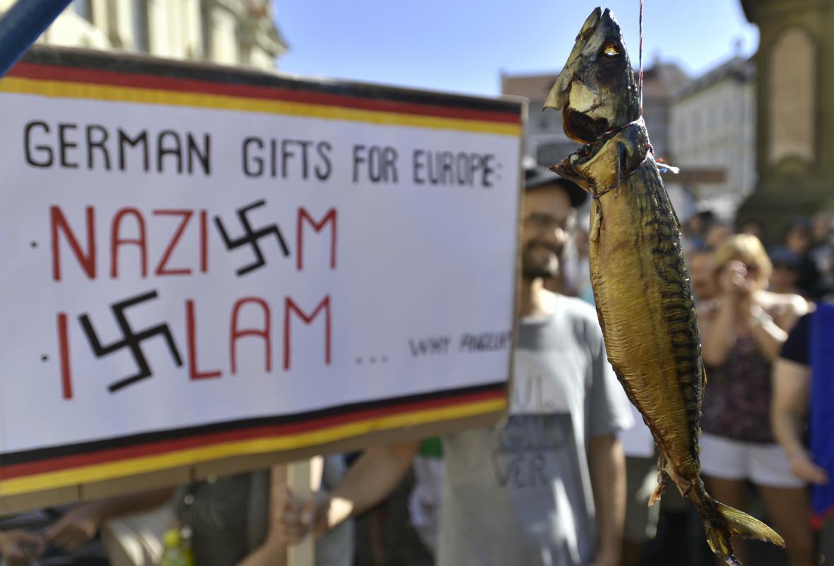 Demonstrace proti Angele Merkelové na Malostranském náměstí