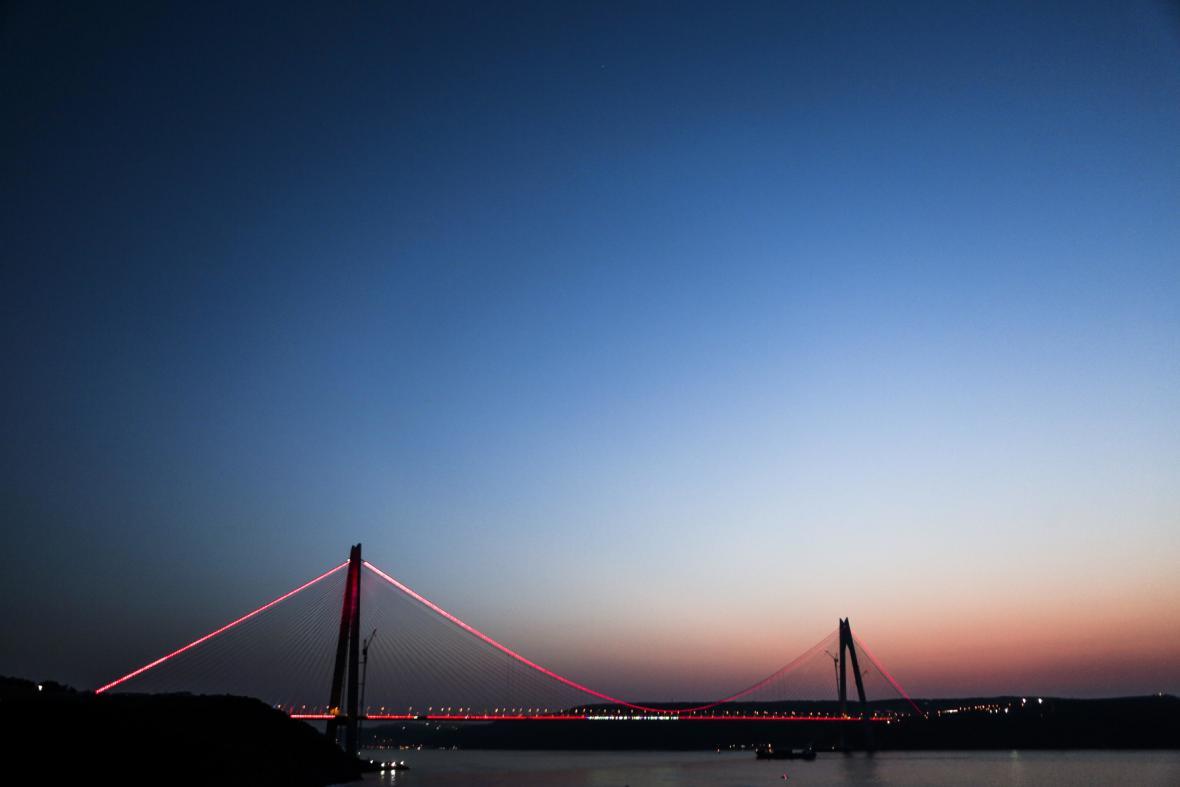 Noční snímek třetího mostu přes Bospor