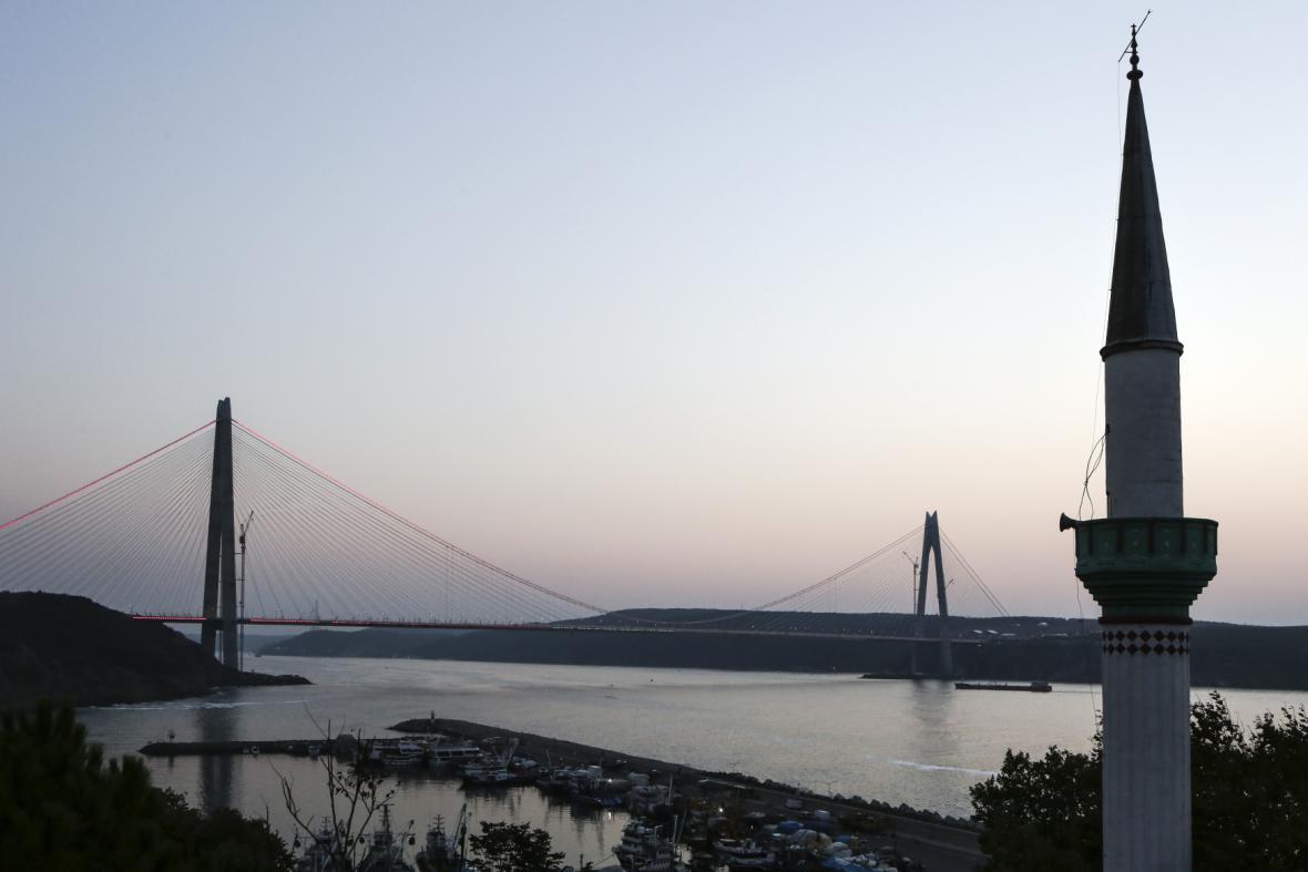 Asijskou a evropskou část spojuje nový most