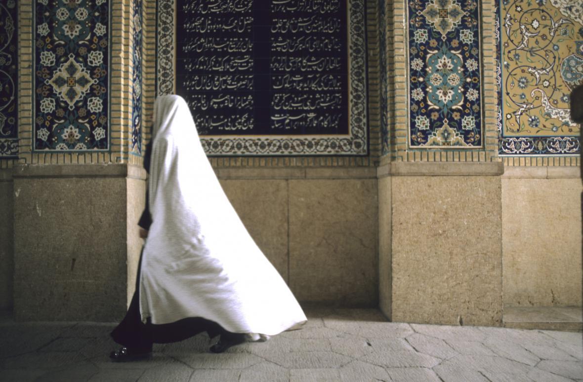 Íránka v bílém čadoru