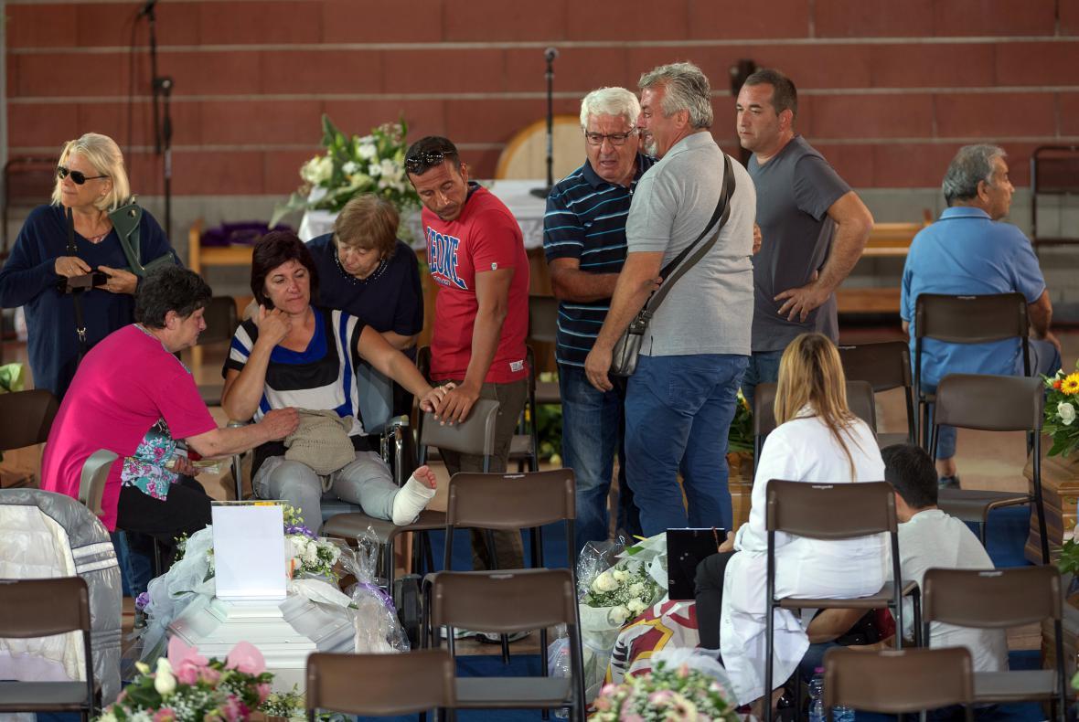 Itálie pohřbí část obětí