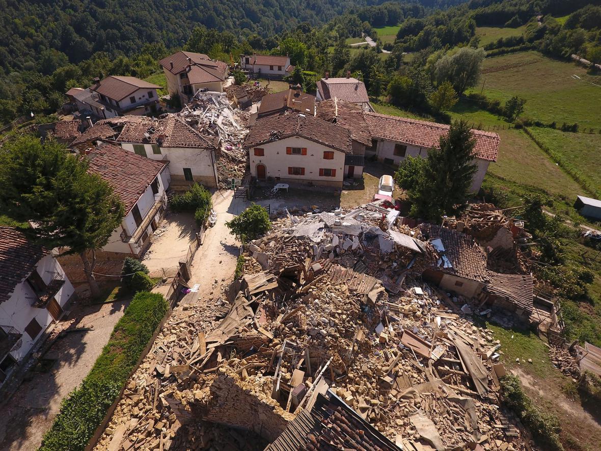 Zničené domy v obci Casale