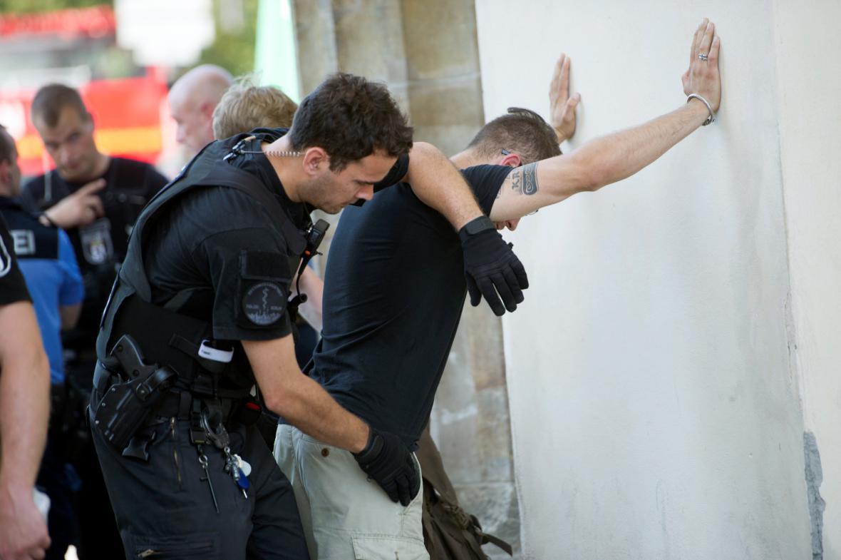 Policie členy krajní pravice pozatýkala