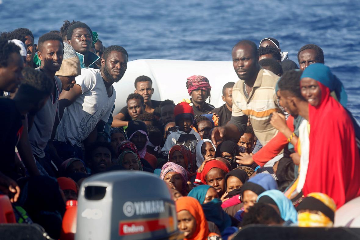 Člun s africkými běženci ve Středozemním moři