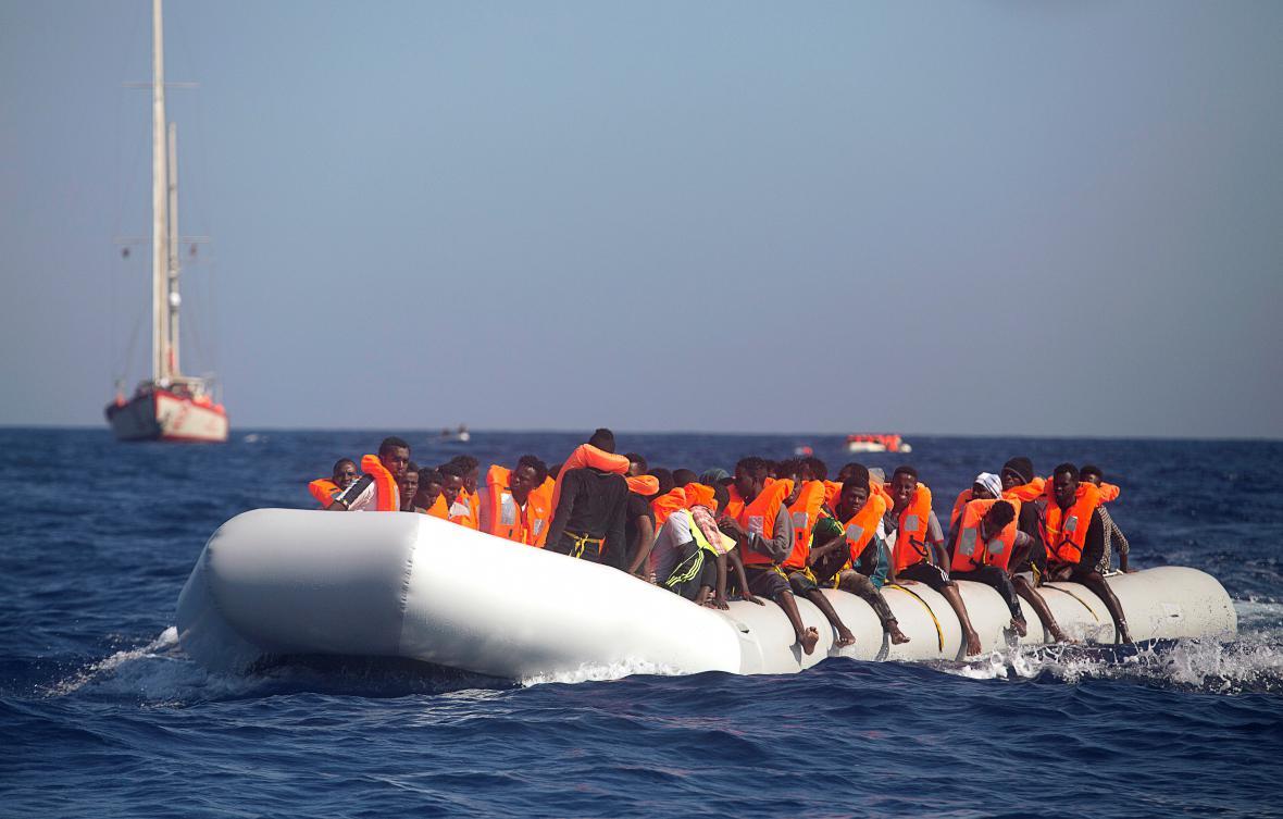Uprchlická loď nedaleko břehů Libye