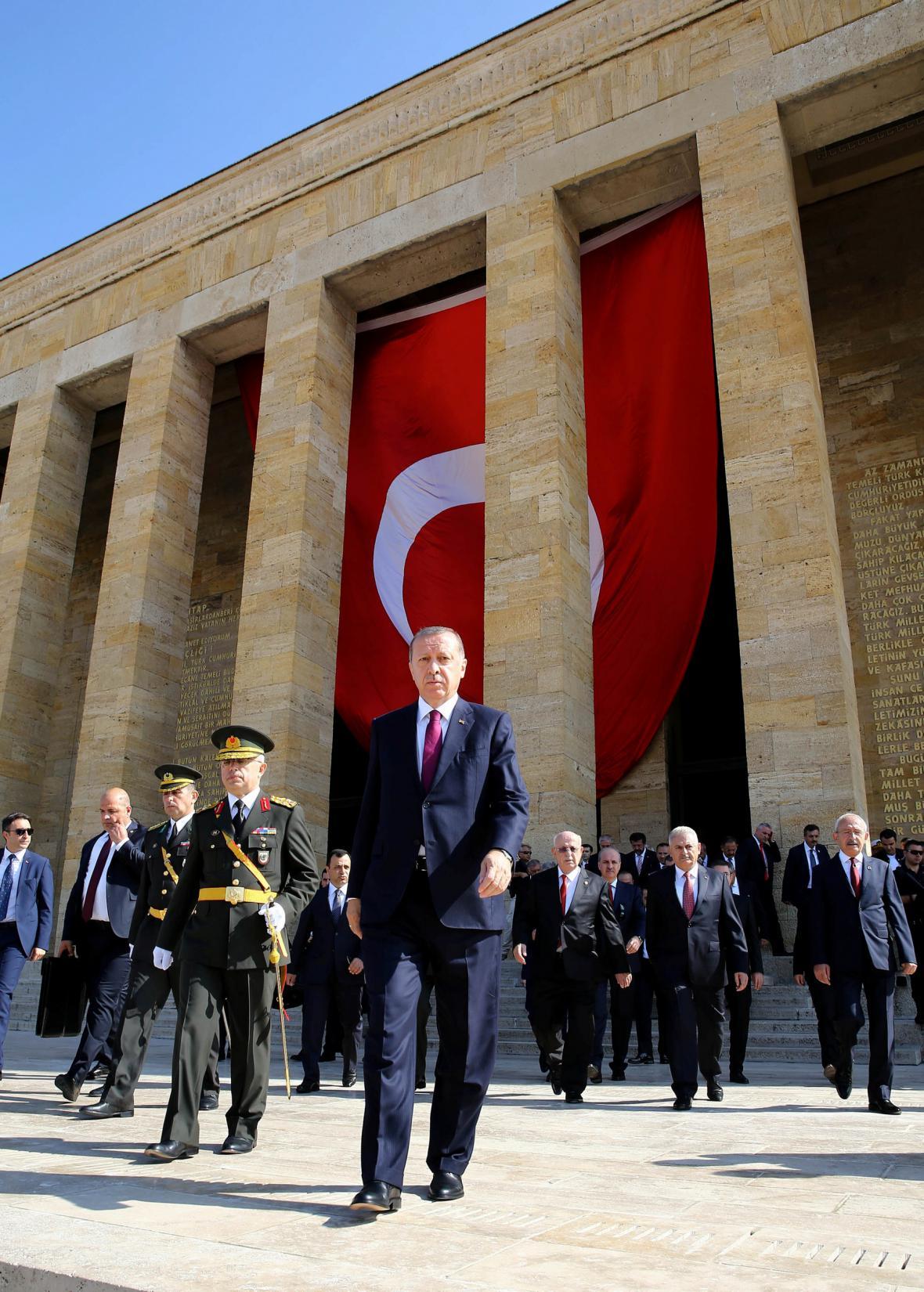Erdogan před Atatürkovým mauzoleem
