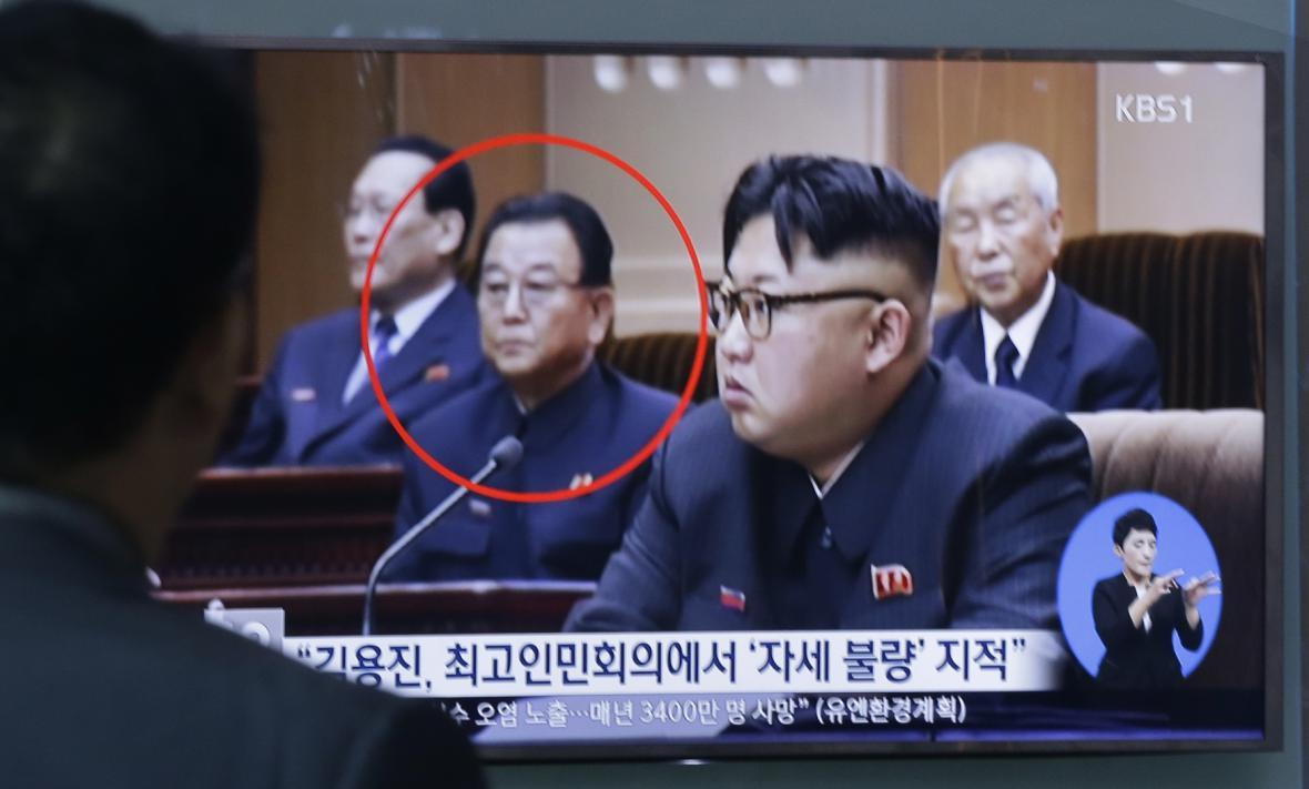 Severokorejský vůdce (vpravo) v pozadí s Kim Čong-činem
