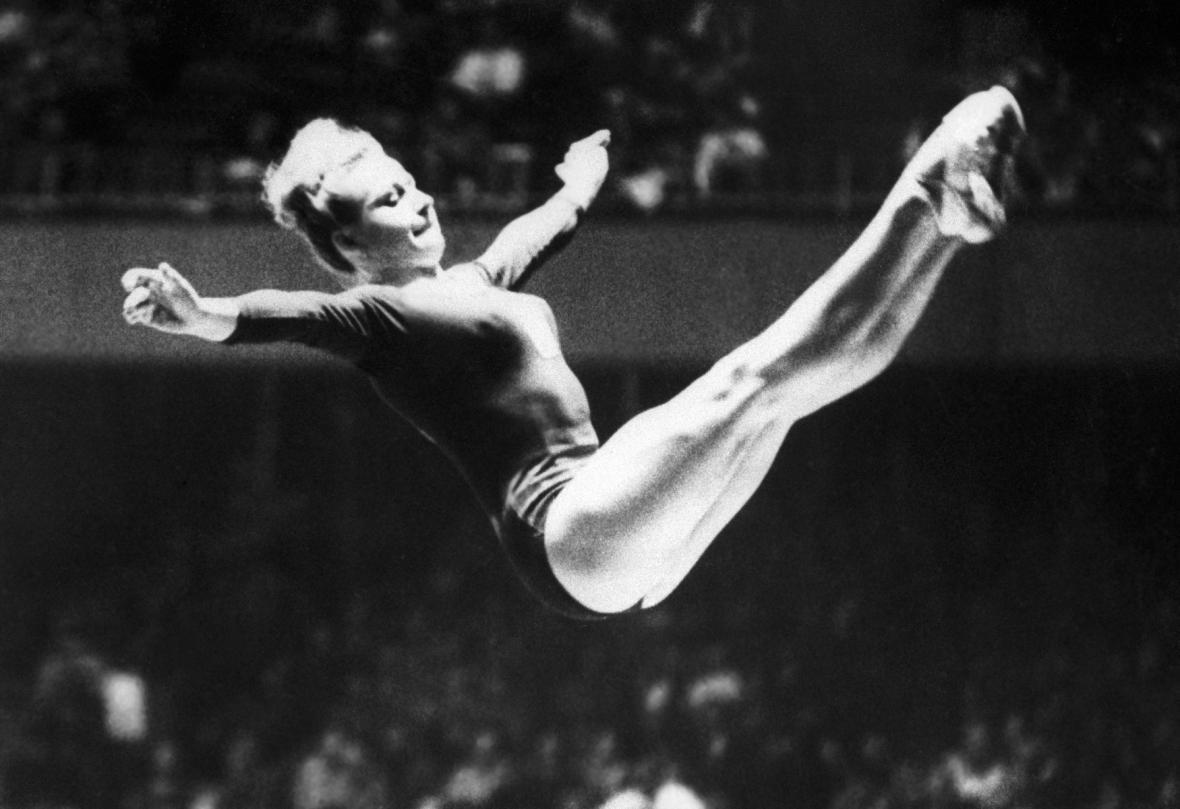 Věra Čáslavská na olympiádě v roce 1964 v Tokiu