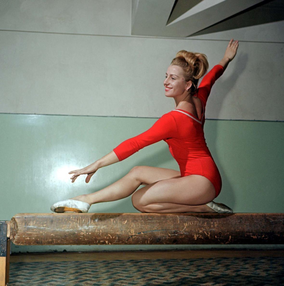 Věra Čáslavská na kladině (1964)