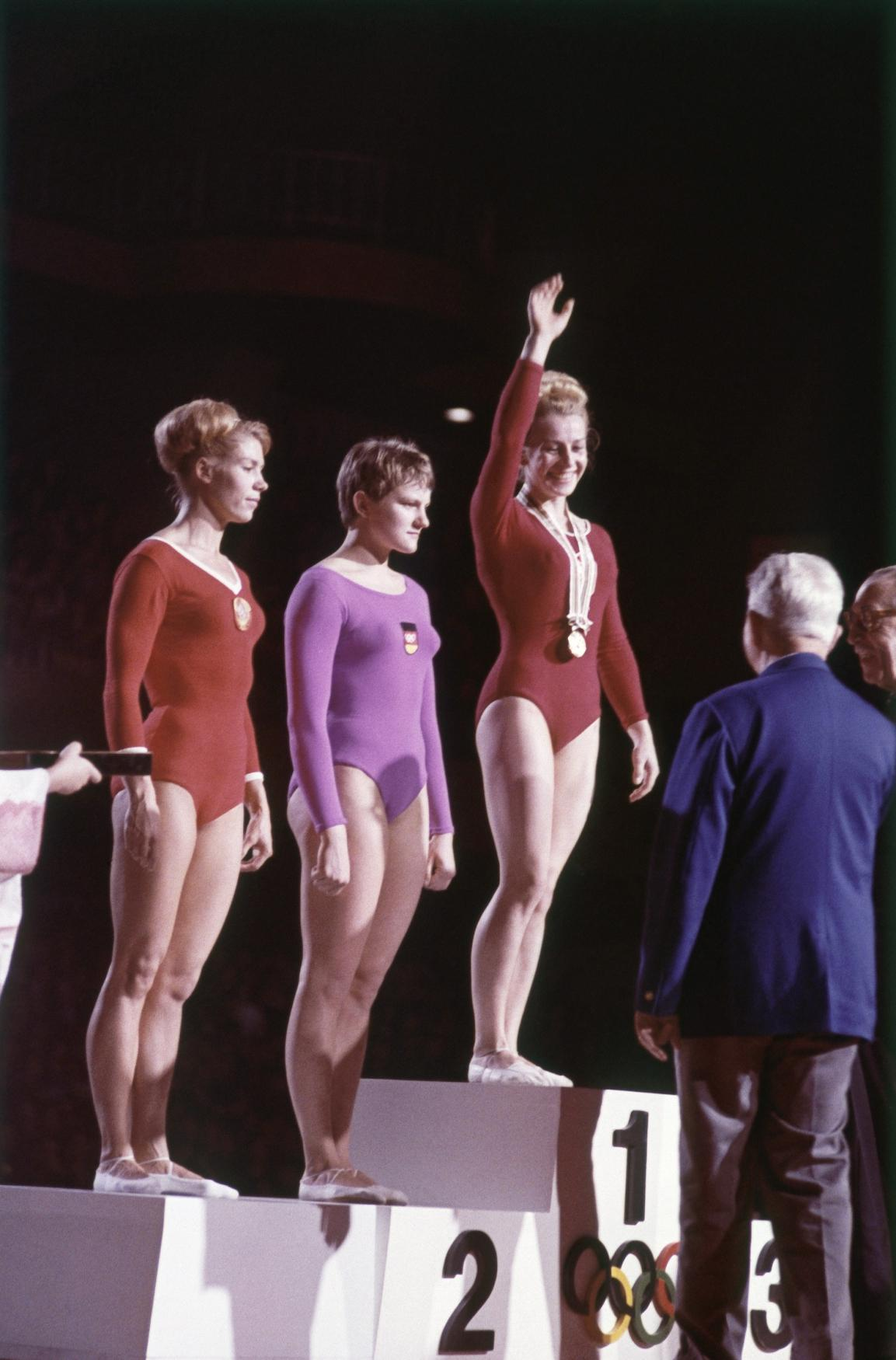 Věra Čáslavská při medailovém ceremoniálu na OH v Tokiu