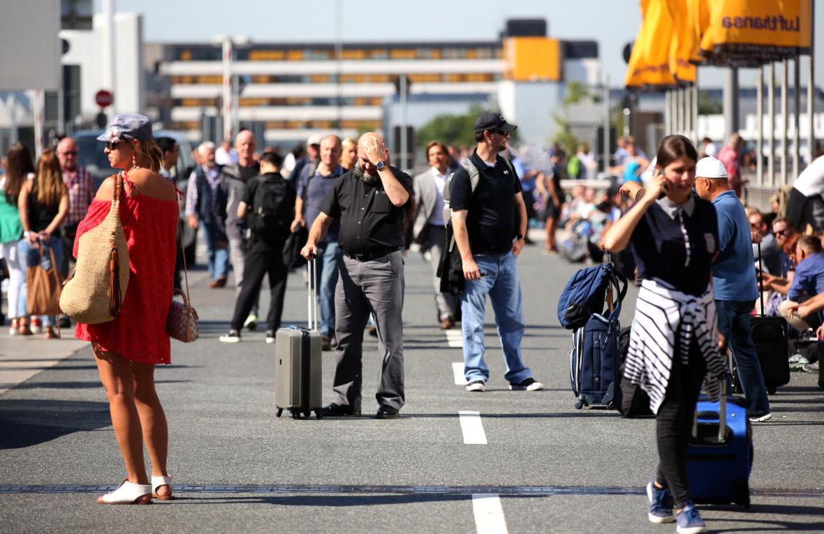 Evakuovaní cestující před letištěm ve Frankfurtu