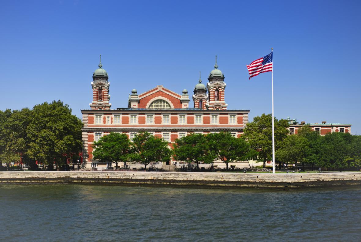 Poslední překážka v cestě za snem. Imigračním centrem na Ellis Island prošlo 12 milionů migrantů.