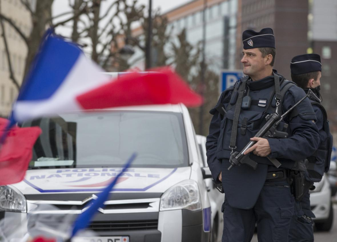 Policista hlídkuje u košer obchodu po útoku z ledna 2015