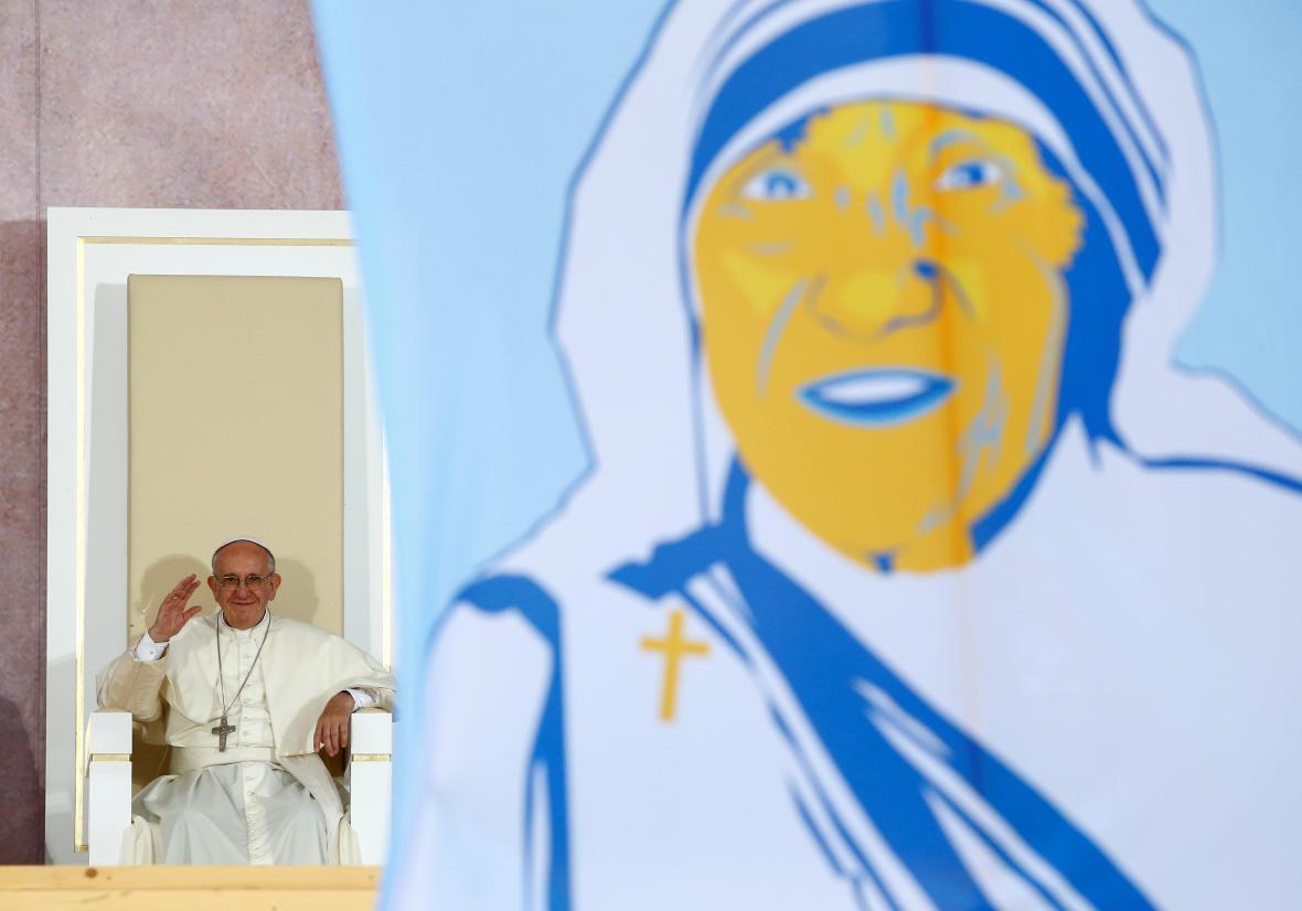 Papež František před portrétem Matky Terezy