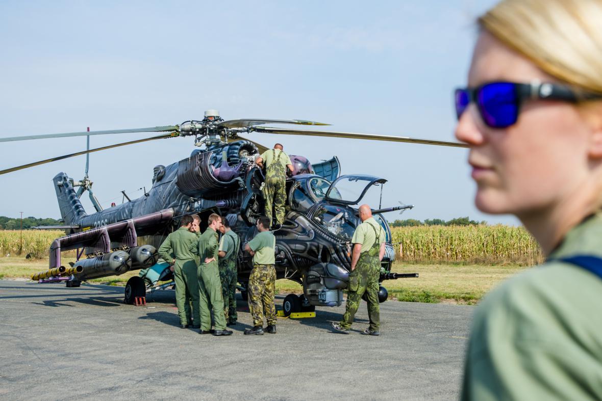 Vrtulník Mi-24/35 Hind z 22. základny vrtulníkového letectva Sedlec při přípravě na leteckou přehlídku CIAF 2016
