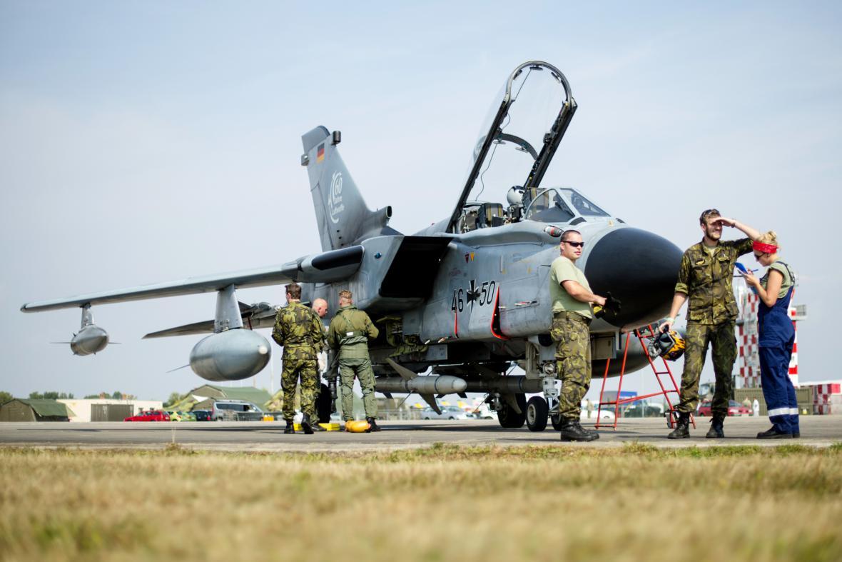 Stíhací letoun PA200 Tornado z Německa při přípravě na leteckou přehlídku CIAF 2016