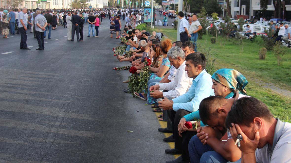 Lidé v Taškentu přišli uctít památku zesnulého prezidenta