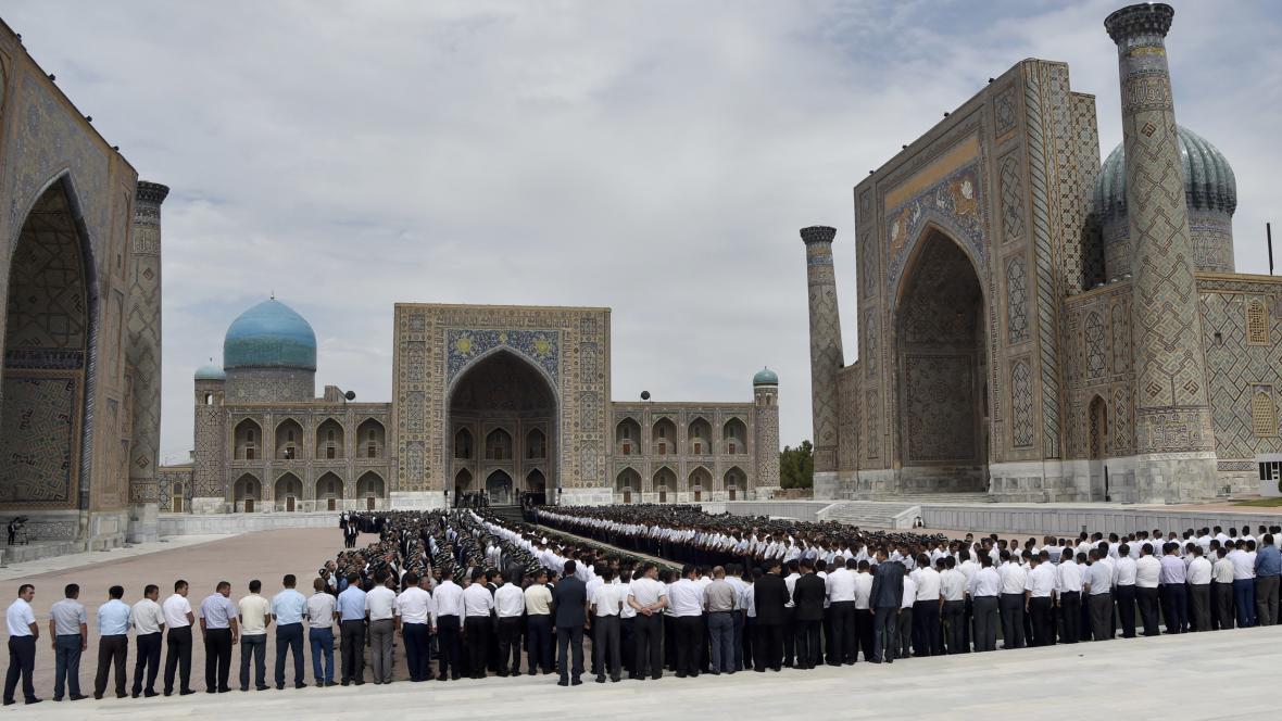 Lidé se také sešli na historickém náměstí v Samarkandu