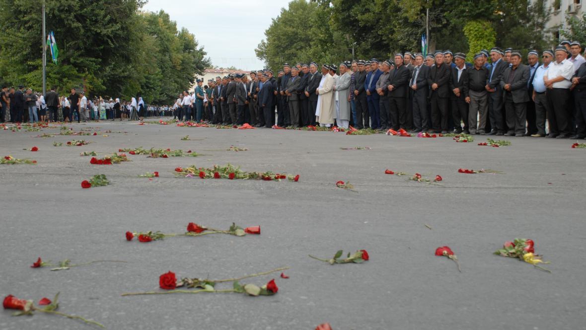 Silnici, po níž zamířila pohřební kolona, pokryly květiny