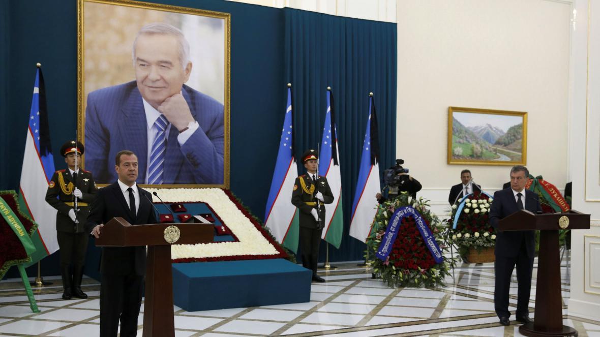 Vzpomínkového obřadu před pohřbem se účastnil i ruský premiér Dmitrij Medvěděv
