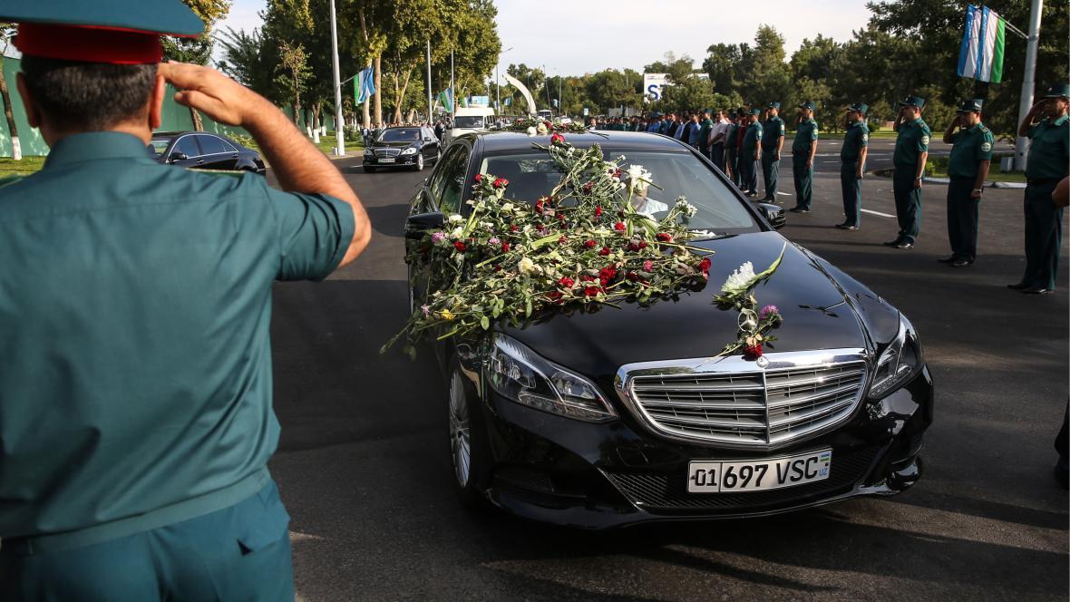 Auto z pohřební kolony zasypané květinami