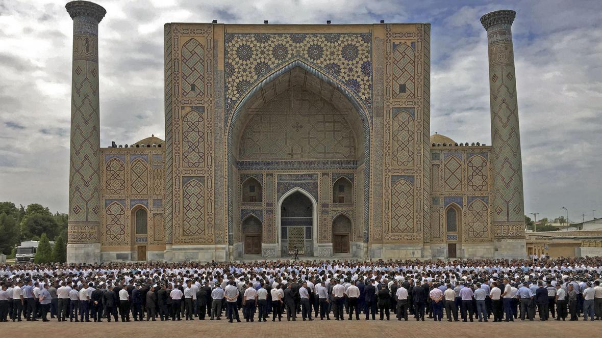 Shromáždění v Samarkandu k uctění zesnulého uzbeckého prezidenta