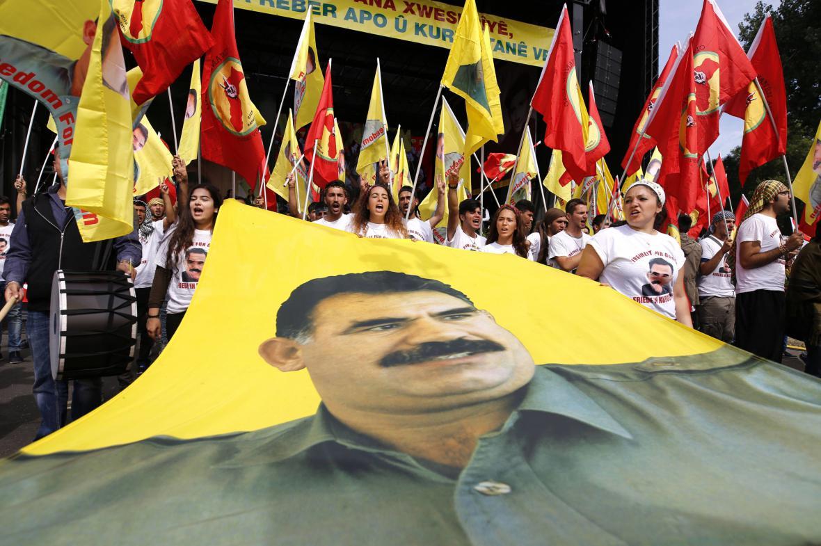 Portrét Abdullaha Öcalana na kurdské demonstraci v Kolíně nad Rýnem