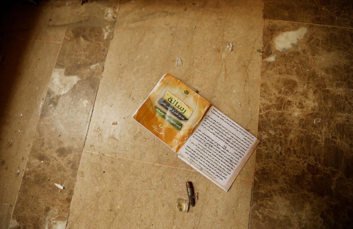 Kniha, která zbyla po islamistech ve Fallúdži poté, co kontrolu nad městem převzala irácká armáda