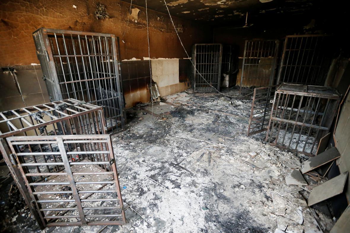 Ohořelé vězeňské cely ve vězení ve Fallúdži, které využíval Islámský stát