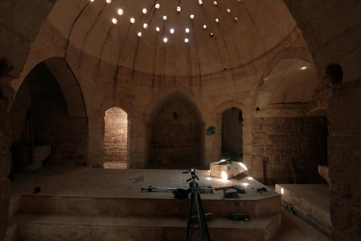 Stativy a projektor islamistů v budově lázní v Manbidži, kterou radikálové využívali jako mediální centrum