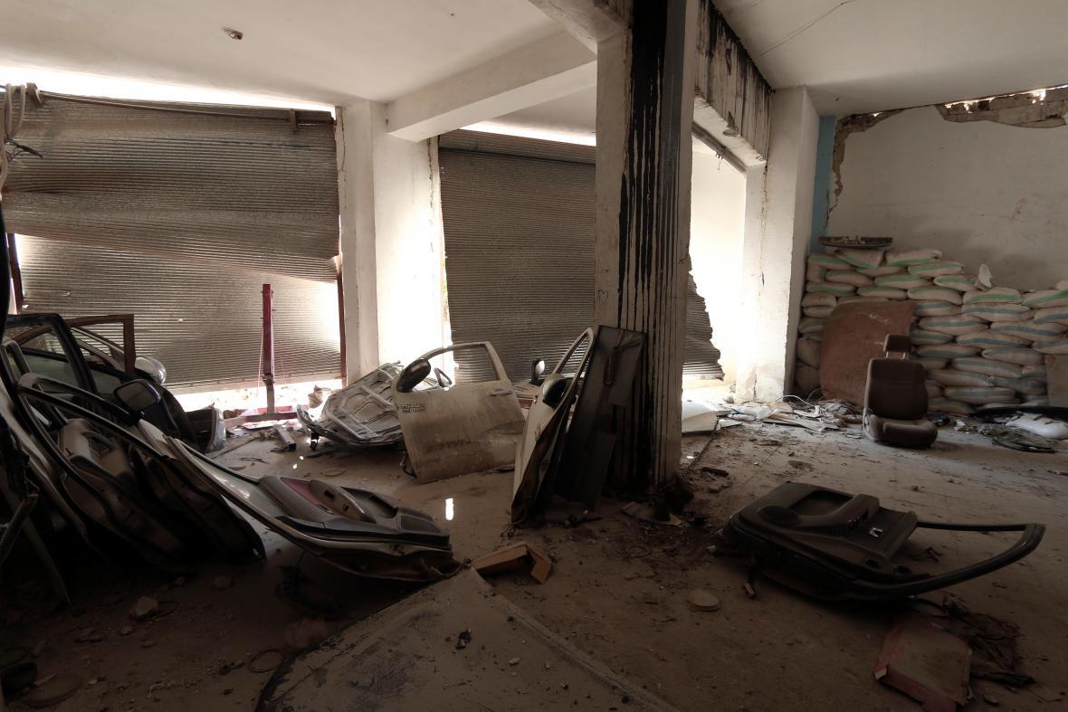 Pohled na části aut, které podle Syrských demokratických sil (SDF) islamisté využívali k přípravě bomb do aut