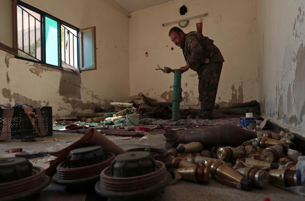Místnost, kterou podle Syrských demokratických sil (SDF) využívali islamisté k výrobě výbušnin (Manbidž)
